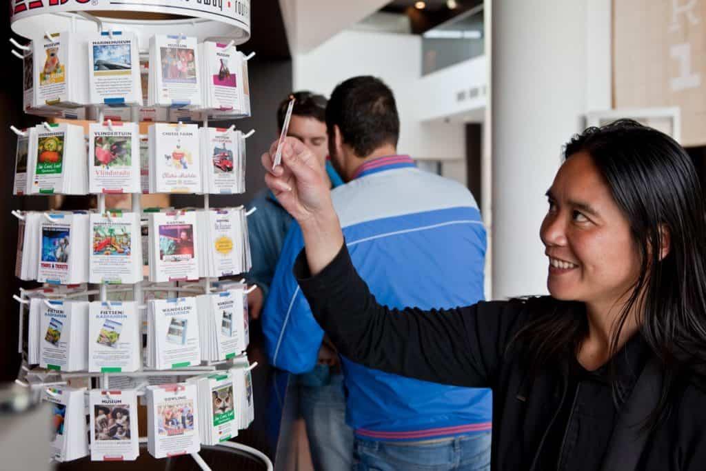 Turista levesz egy kártyát a tartóról