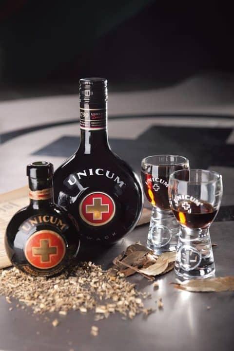 Unicum üvegek és poharak